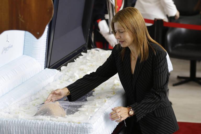 Rose, mulher de Gugu, durante velório do apresentador