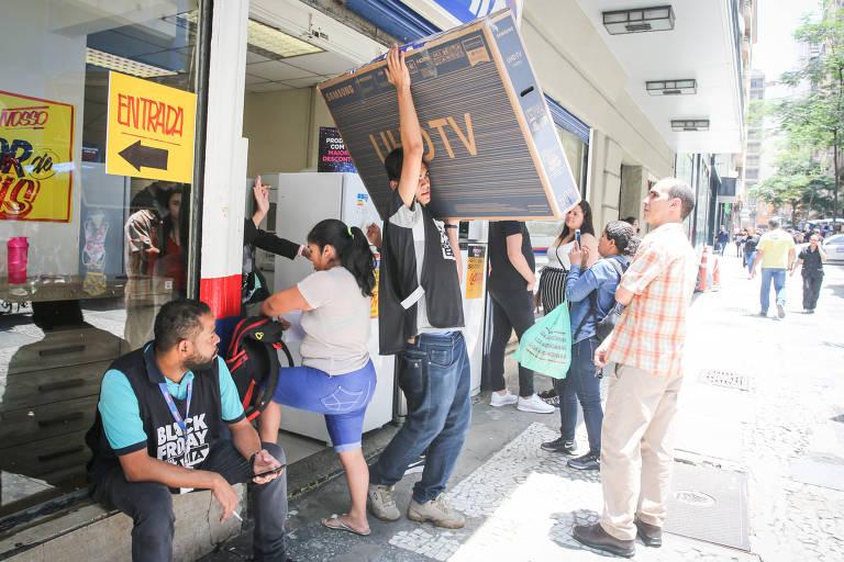 Movimento nas lojas do centro de São Paulo, Praça Ramos de Azevedo na Black Friday