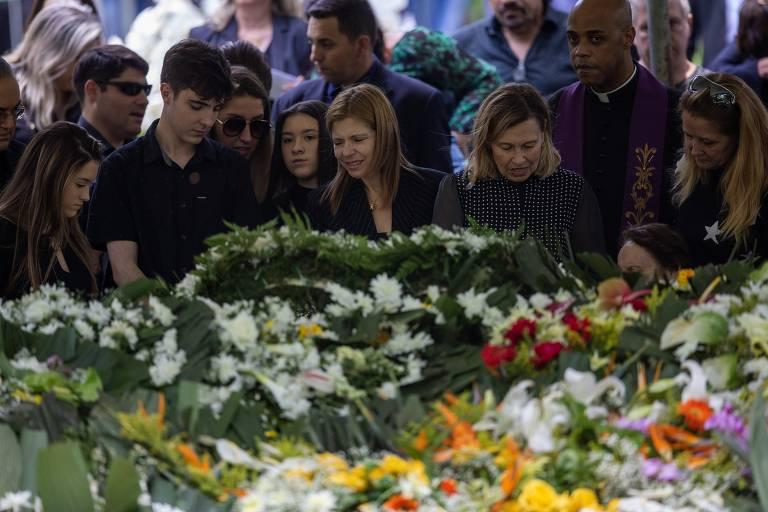 Família de Gugu Liberato acompanha o enterro do apresentador