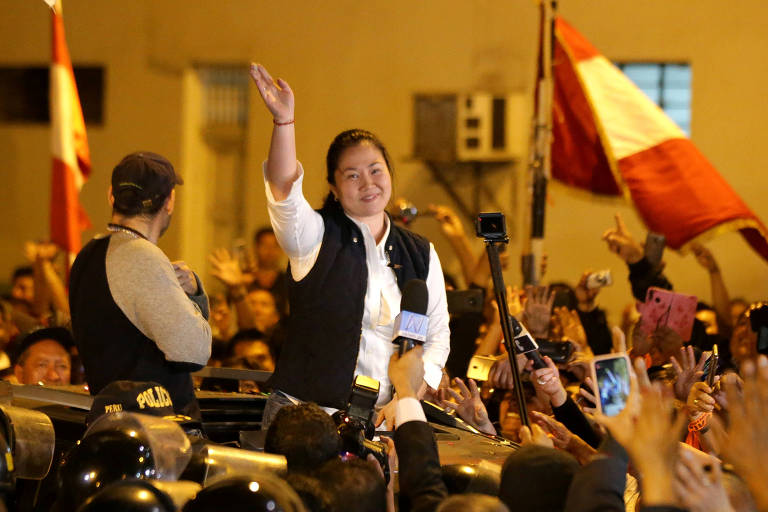 A líder da oposição Keiko Fujimori acena a partidários depois de sair da prisão em Lima, no Peru