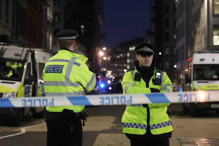 Policiais isolam área na ponte de Londres depois de ataque que deixou ao menos dois mortos