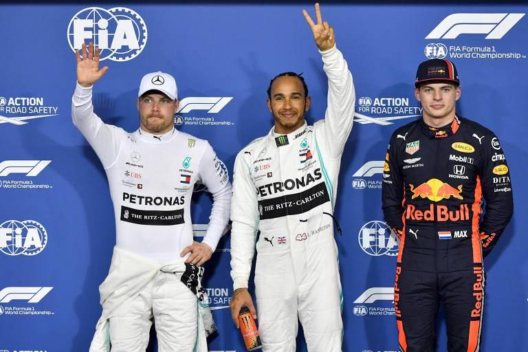 Lewis Hamilton, ao centro, comemora a conquista da pole position no GP de Abu Dhabi; à sua esquerda, Valteri Bottas e à sua direita, Max Verstappen, que largarão em 2º e 3º lugar, respectivamente