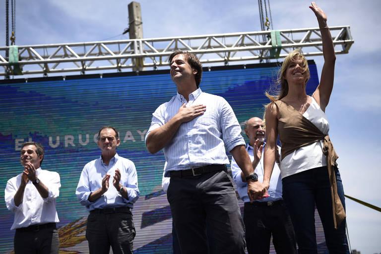 Luis Lacalle Pou e sua esposa, Lorena Ponce de Léon, durante ato de comemoração da vitória nas eleições uruguaias, em Montevidéu