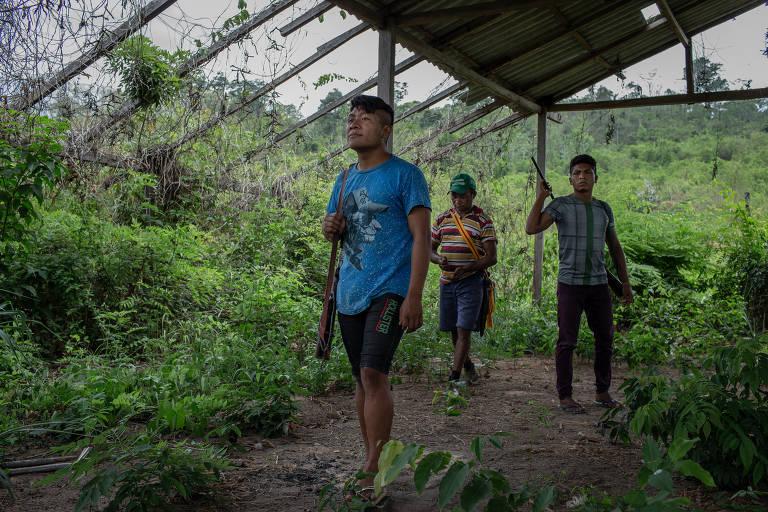 Índios da etnia guajajara que integram o grupo dos 'Guardiões da Floresta' em barracão abandonado perto da área onde vivem os isolados awás