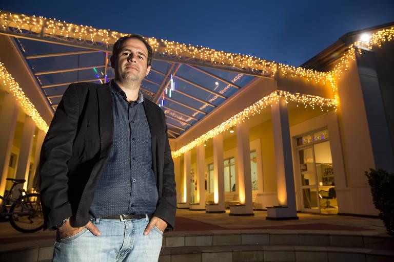 O síndico Felipe Lobo, 37 anos, em frente à decoração de Natal e Ano-Novo do condomínio que administra em Barueri (Grande SP)