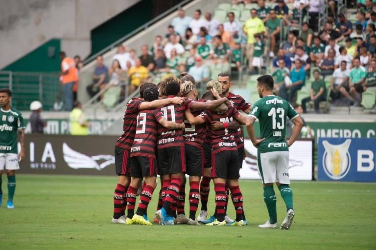Jogadores do Flamengo comemoram o gol de Arrascaeta, que abriu a goleada por 3 a 0 do Rubro-Negro sobre o Palmeiras, no Allianz Parque