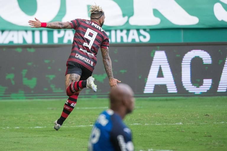 Gabigol corre para comemorar o seu segundo gol contra o Palmeiras, em duelo do Campeonato Brasileiro no Allianz Parque