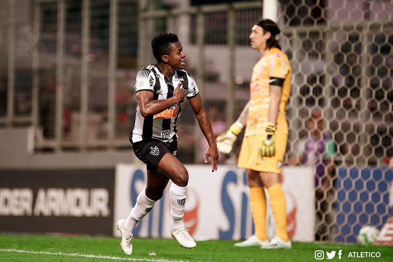 Cazares comemora o primeiro gol do Atlético-MG contra o Corinthians, do goleiro Cássio, na Arena Independência,  pelo Campeonato Brasileiro