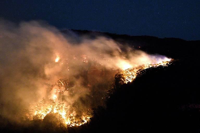Imagem noturna mostra fogo consumindo área de mata