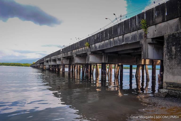 Ponte dos Barreiros, em São Vicente, principal ligação entre a área insular e continental da cidade no litoral sul de São Paulo, em 2018