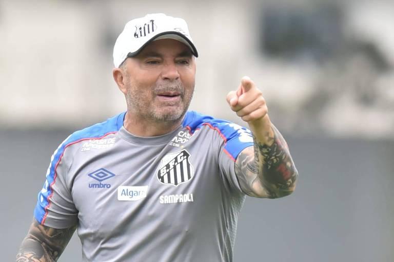Técnico Jorge Sampaoli orienta o treino do Santos