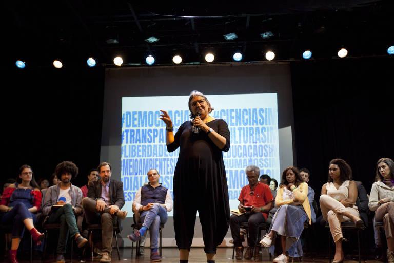 Ativistas, representantes de ONGs e movimentos sociais reunidos durante ato que pediu respeito à democracia e à Constituição no Brasil