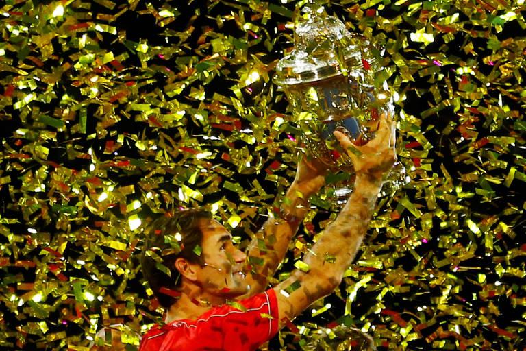Federer com seu décimo troféu do torneio da Basileia, na Suíça