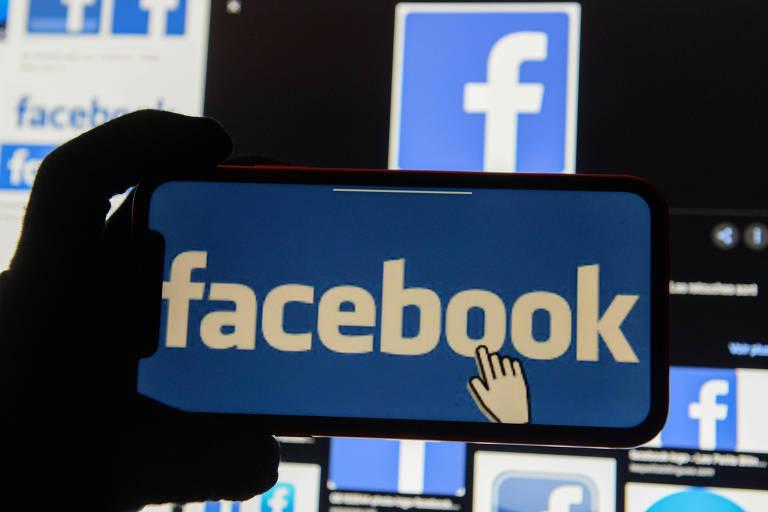Logo do Facebook em celular; empresa desenvolveu chatbot interno para ajudar funcionários a responder perguntas difíceis