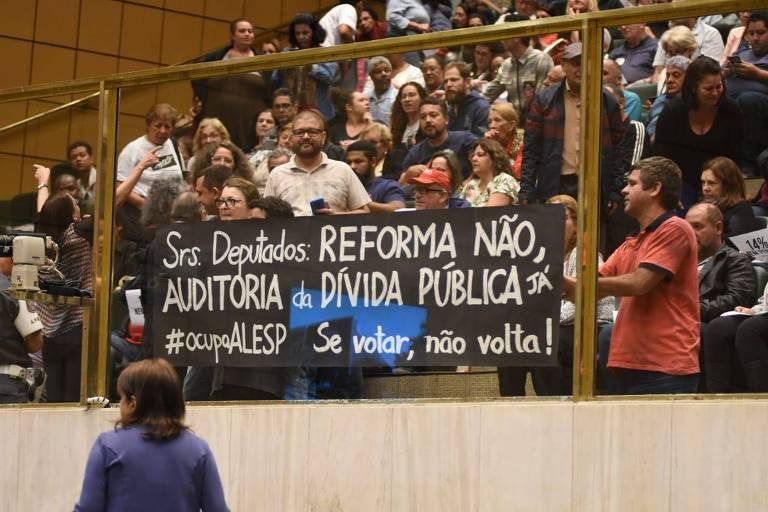 Servidores estaduais de São Paulo lotam plenário da Assembleia Legislativa, em manifestação contra a reforma da Previdência estadual