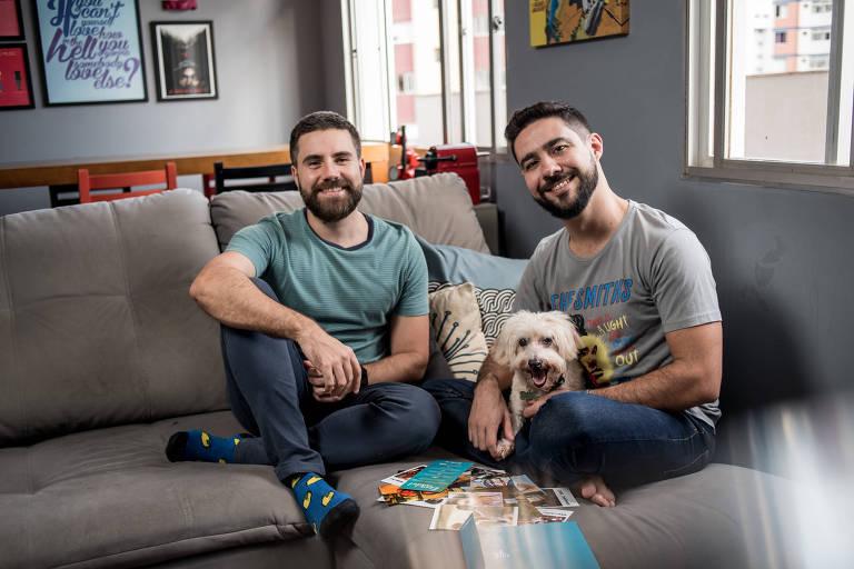O casal Cristiano Bueno Santa Bárbara e Gustavo Baldin Bastos (esq. para dir.) no apartamento em que vivem em Belo Horizonte
