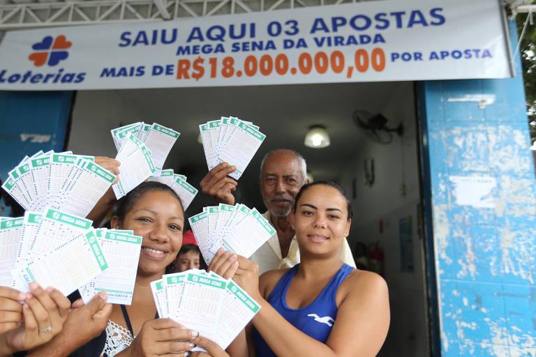 Na Mega da Virada de 2017, um apostador em Parelheiros, extremo sul de São Paulo, preencheu por engano três cartelas com os mesmos números. A sequência foi sorteada. Na foto, as funcionárias da lotérica que recebeu a aposta
