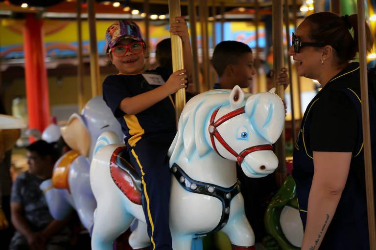 Criança autista brinca em carrossel no Beto Carrero World, em Penha (SC)