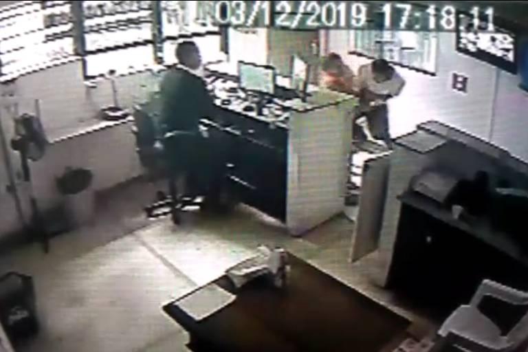 Imagem de câmera de segurança mostra agressão contra mulher