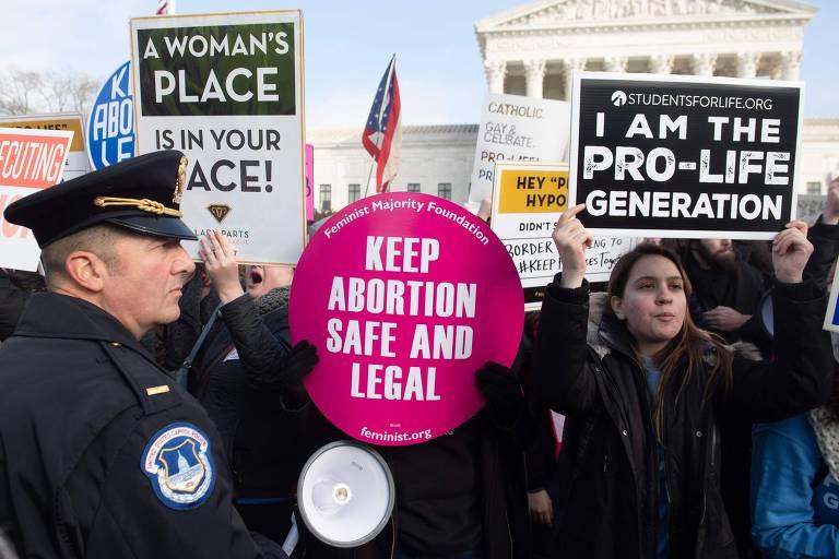 Manifestantes participam de ato a favor do direito ao aborto em frente a Suprema Corte dos EUA, em Washington