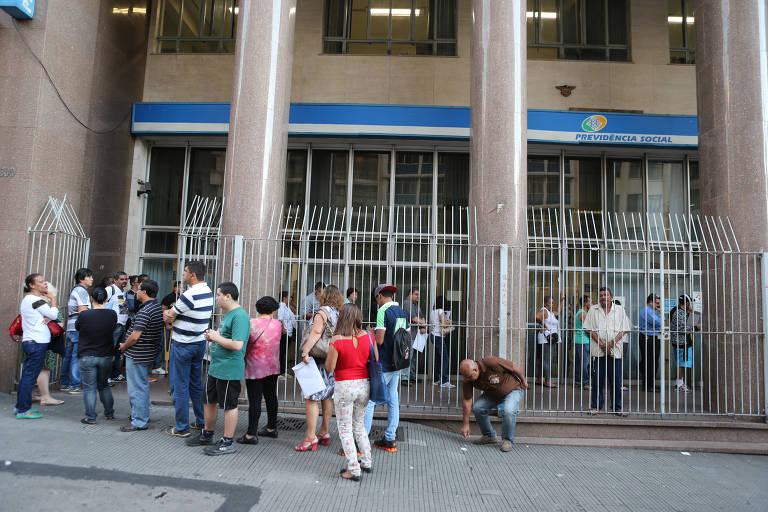 Segurados do INSS fazem formam fila na agência Xavier de Toledo, na região central de São Paulo.