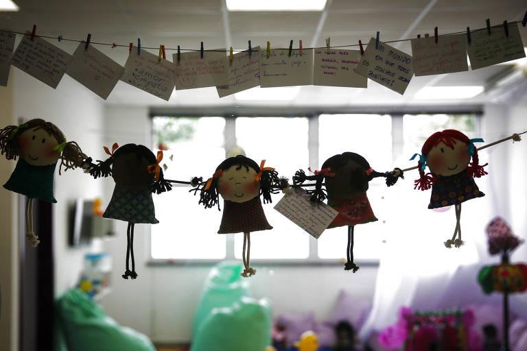 Cordão com mulheres de papel na Sala da Casa da Mulher Brasileira, na região central de SP, voltada a vítimas de violência=