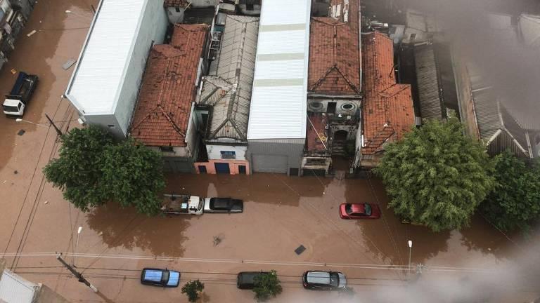 Rua Odorico Mendes, na divisa entre Mooca e Cambuci, sofre com alagamento após chuva