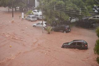 Chuva arrasta carros em Franca (SP)