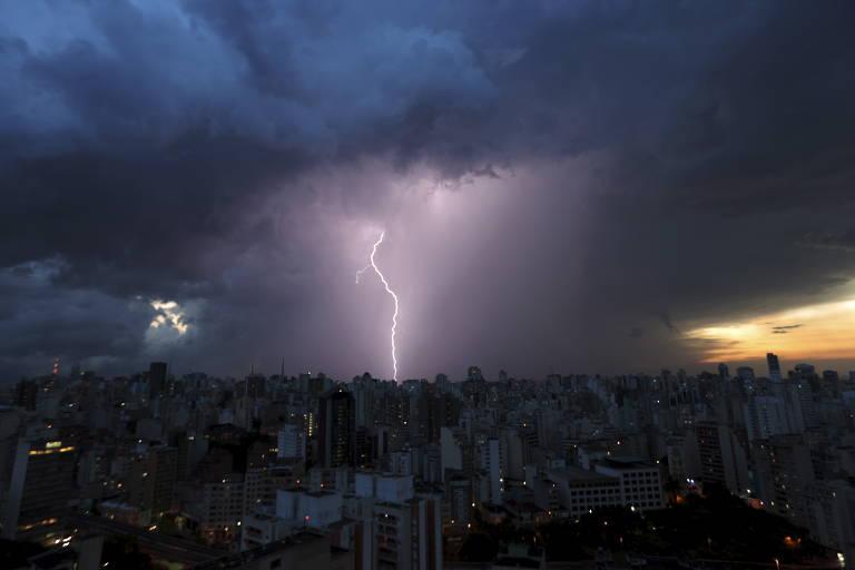 Vista geral da região do centro da cidade de São Paulo, em meio a temporal com fortes chuvas e raios após dia de forte calor, em São Paulo (SP)