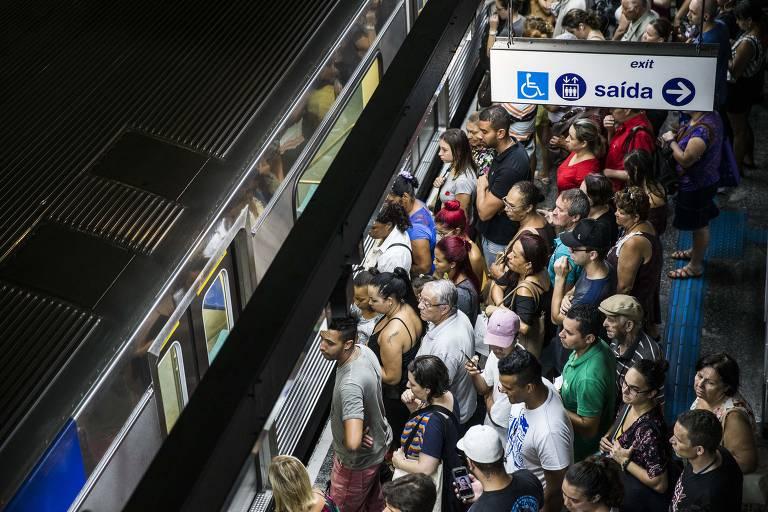 Pessoas esperam metrô na Estação Jabaquara. Uma falha que durou cerca de duas horas. A lentidão e o aumento do tempo de parada dos trens foi nas linhas 1-Azul e 3-Vermelha. O problema começou às 7h21, e a circulação dos veículos só começou a ser normalizada às 9h18