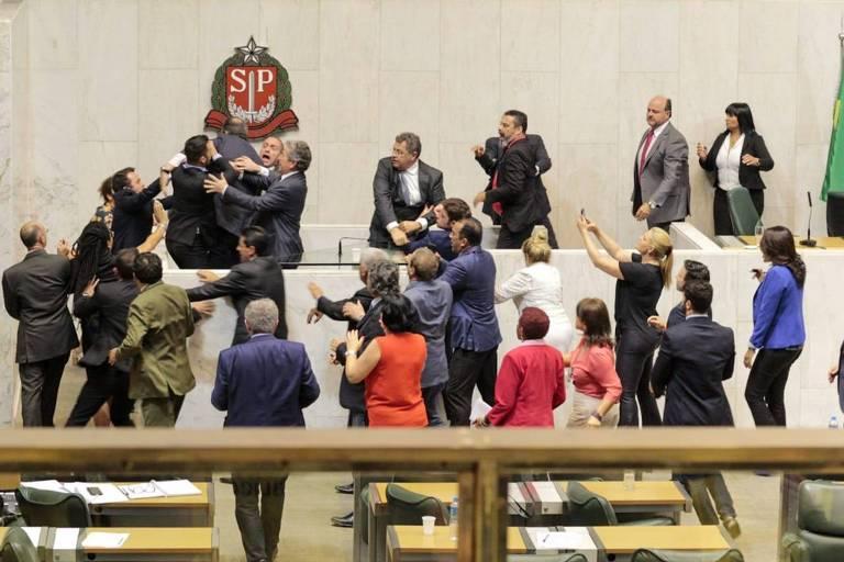 Confusão generalizada dentro da Assembleia Legislativa de São Paulo durante