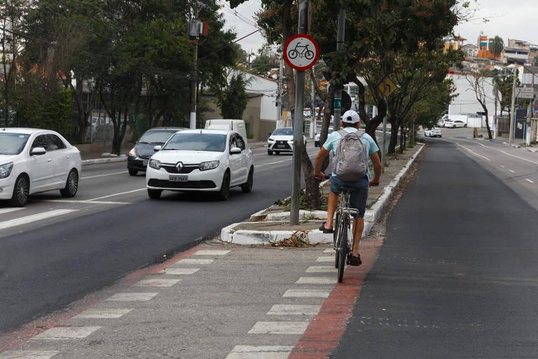 Ciclovia removida da Av. Corifeu de Azevedo Marques, próximo ao numero 5680. As faixas vermelhas da ciclovia foram apagadas