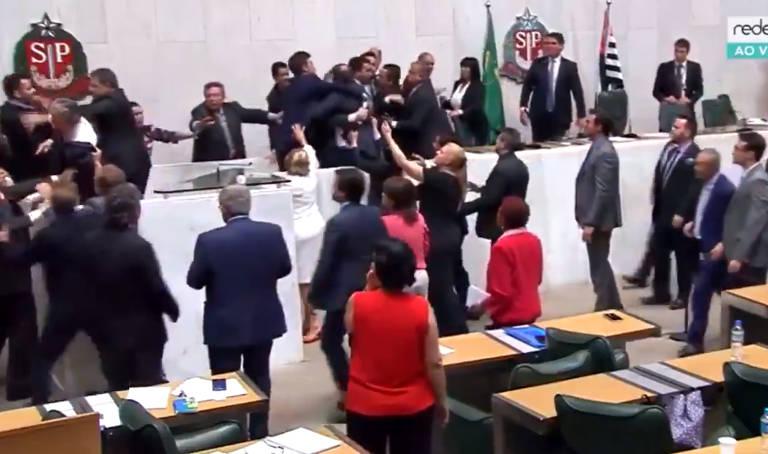Deputados de SP partem para a briga durante votação da reforma da Previdência estadual