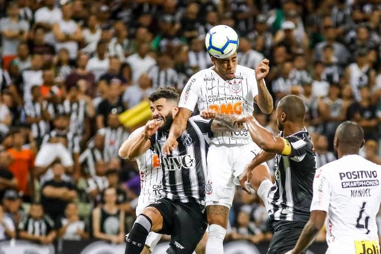Gustavo cabeceia para marcar o gol da vitória do Corinthians sobre o Ceará, na Arena Castelão, pelo Campeonato Brasileiro