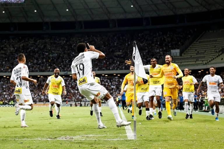Gustavo comemora o seu gol na vitória do Corinthians por 1 a 0 sobre o Ceará, na Arena Castelão, pelo Campeonato Brasileiro