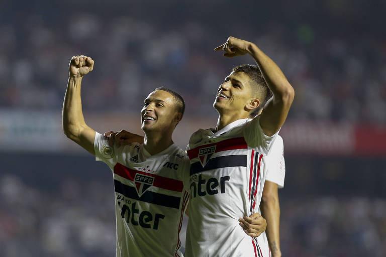Jogadores do São Paulo comemoram o segundo gol