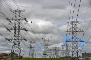 Vista de torres de alta tensão na chegada da estação de transmissão da EDP São Paulo