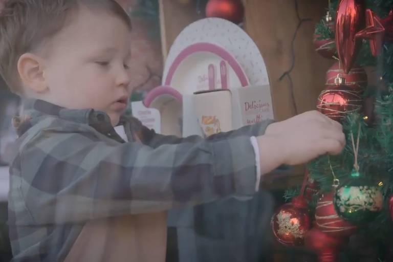 Comerciante usa filho de 2 anos em propaganda de apenas 100 libras e viraliza