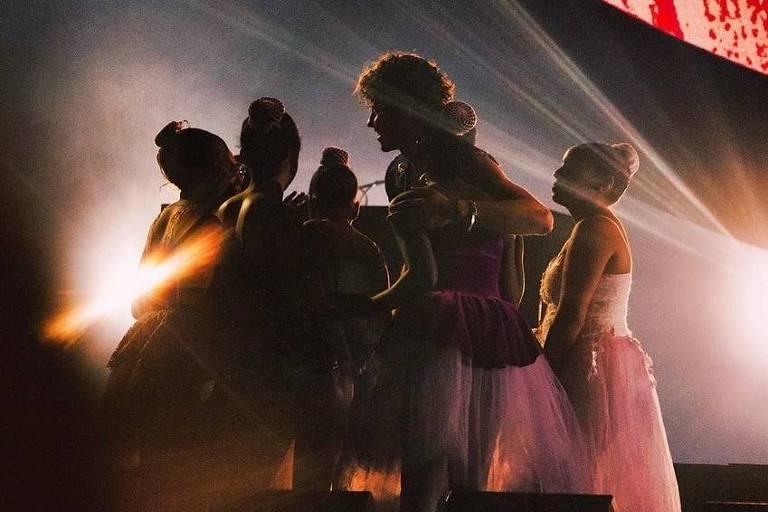 Shawn Mendes convida jovens bailarinas de projeto social no Rio para dançarem no palco