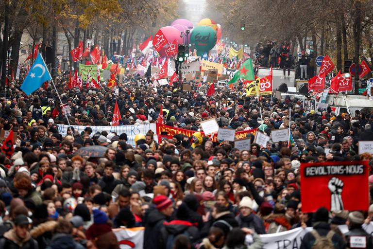 Com balões e faixas, manifestantes ocupam rua