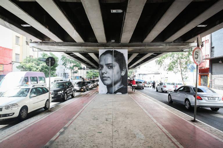 Painel com rosto gigante colado em coluna do elevado Presidente João Goulart, no centro de SP