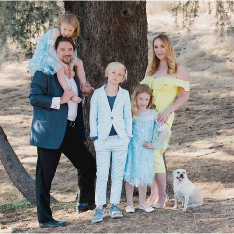 Em 2008, Jenna (à esq.) fez um chá de revelação para sua primeira filha, Bianca (ao centro)