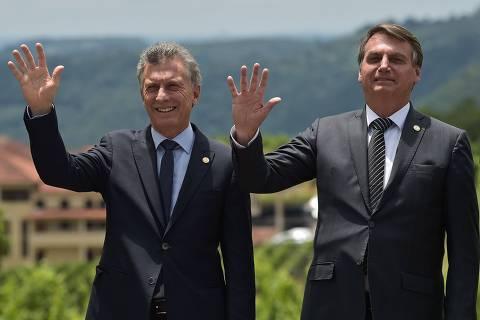 'Quero continuar presidente, não dá pra dar um golpe, não?', brinca Bolsonaro em Cúpula do Mercosul