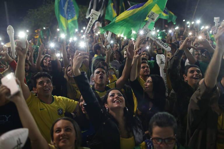 Simpatizantes de Bolsonaro comemoram resultado da eleição na avenida Paulista, em SP