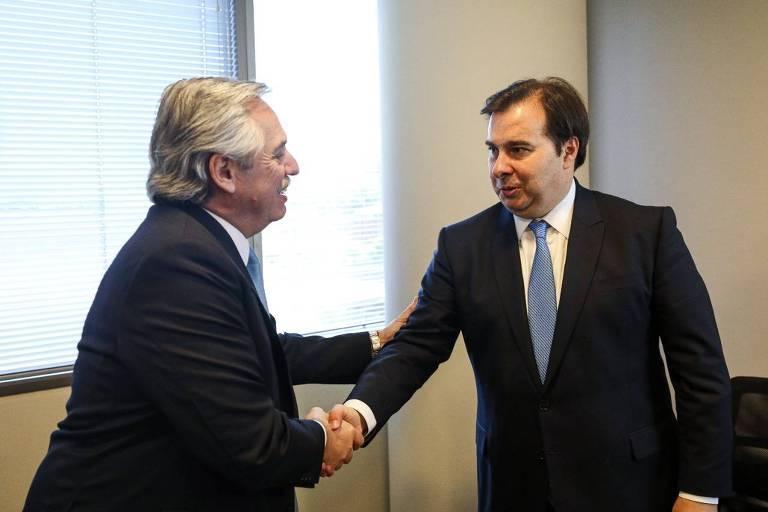 O presidente eleito da Argentina, Alberto Fernández, e o presidente da Câmara dos Deputados do Brasil, Rodrigo Maia, se cumprimentam