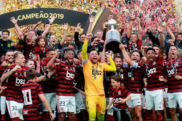 Jogadores do Flamengo levantam a taça da Libertadores em Lima. Festa tem a presença de crianças
