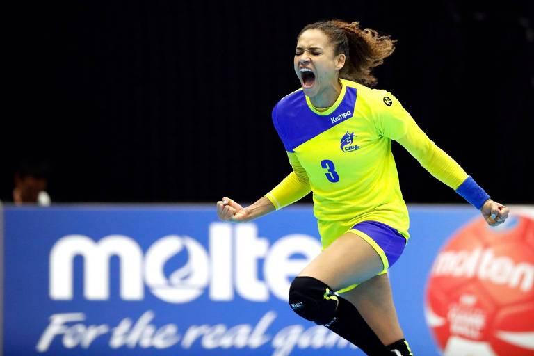 Alexandra comemora após marcar um gol na partida contra a Coreia do Sul, no Mundial de Handebol do Japão