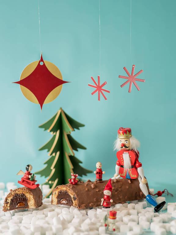 Cau Chocolates oferece a bûche de panetone, um tronco de panettone recheado de ganache de chocolate ao leite e caramelo de chocolate, coberto por uma fina camada de chocolate ao leite com crocante de amêndoas (R$ 210)