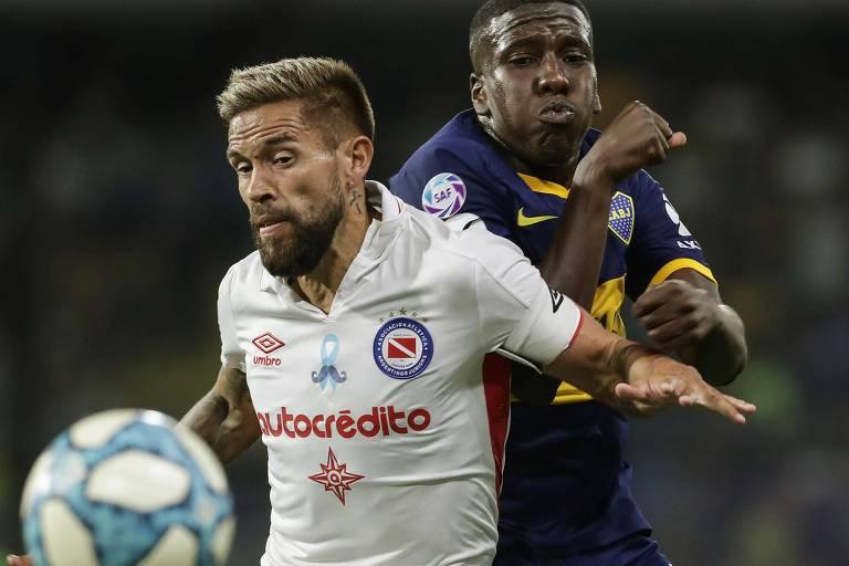 Miguel Torre (de branco), jogador do Argentinos Juniors, time do presidente Alberto Fernández, divide bola com Jan Hurtado, do Boca Juniors