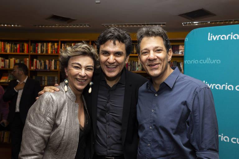 A psicóloga Priscila Haddad (esq.) com o autor de 'Aliados da Amazônia', Gabriel Chalita (centro) e o ex-prefeito de SP Fernando Haddad (dir.)